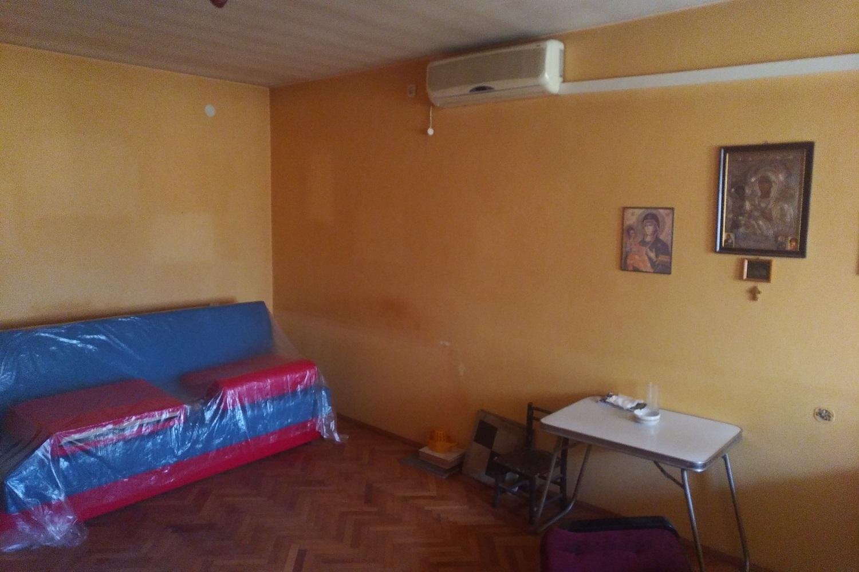 Prodajem dvoiposoban stan preko puta vojne bolnice u Nišu.