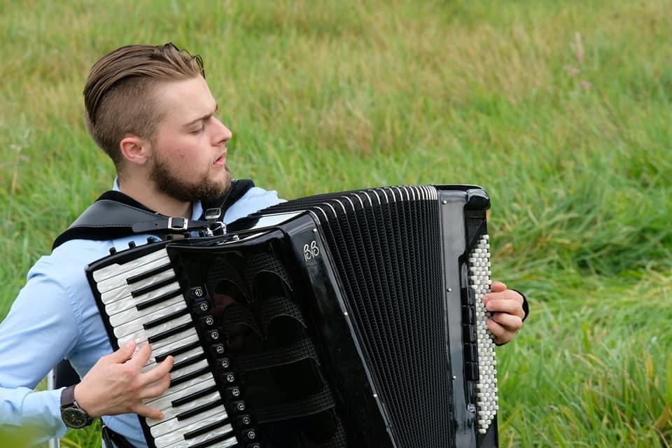 Naučiću vas da svirate narodnu muziku na harmonici