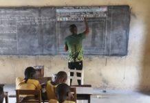 Nastavnik u Gani crta Word na tabli