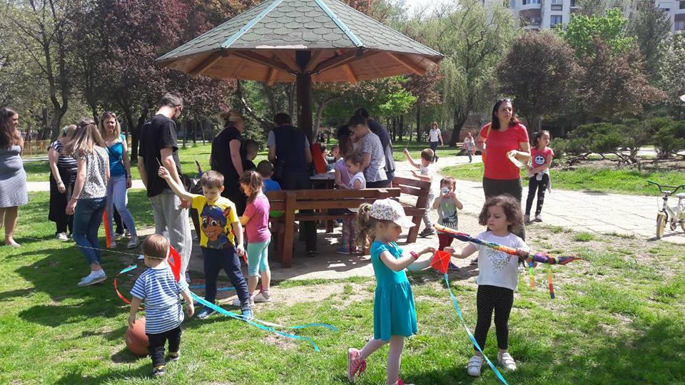 Vladan Milkić sa decom u parkiću; Foto: FB Vladan Milkić