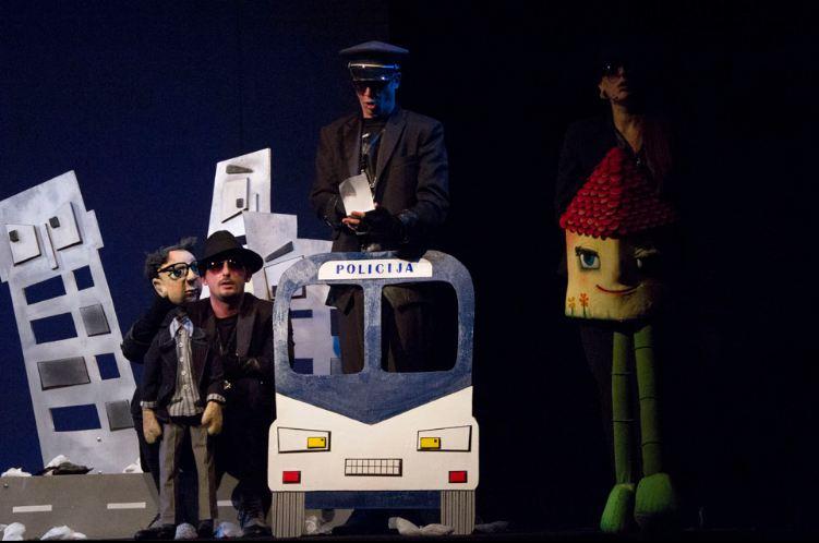 "Scena iz predstave ""Ulica tra la la""; Foto: Pozorište lutaka Niš"