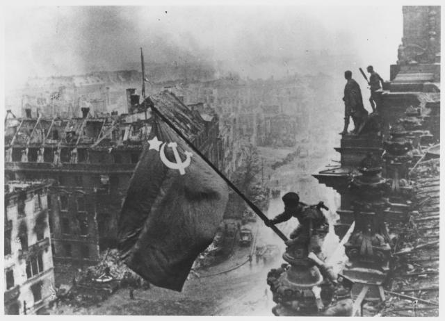 Podizanje zastave nad Rajhstagom je istorijska fotografija iz Drugog svetskog rata snimljena tokom bitke za Berlin, 2. maja 1945. Na fotografiji su prikazani vojnici crvene armije kako postavljaju sovjetsku zastavu na vrhu nemačkog parlamenta. Fotografija predstavlja simboličan trenutak pobede nad fašističkom Nemačkom.