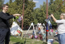 Takmičenje roditelja u prostiranju veša; Foto: GO Medijana, S.Đorđević