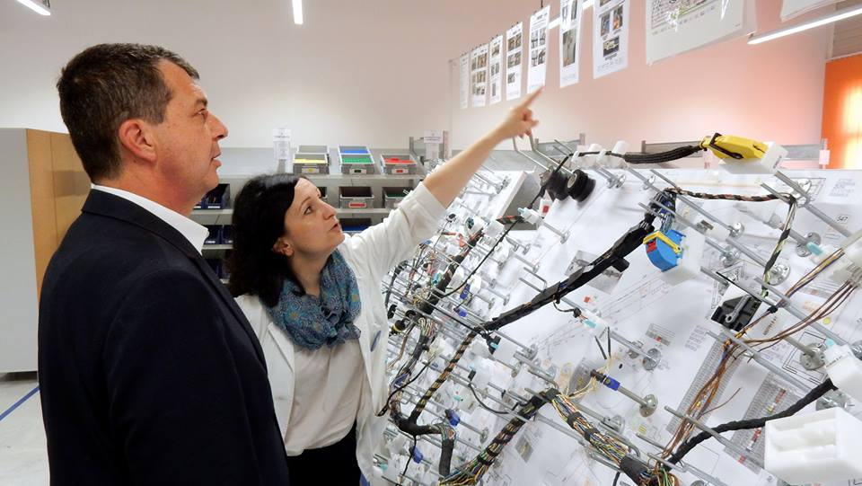 "Obilazak fabrike ""Leoni"" u Nišu, predsednik GO Palilula i menadžerka ljudskih resursa ""Leoni""; Foto: D.Vidojković, EKOpolis"