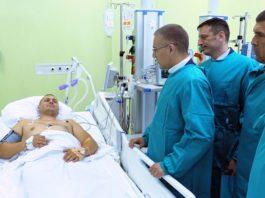 Stefanović obišao policajca ranjenog u pucnjavi u Nišu Foto: MUP