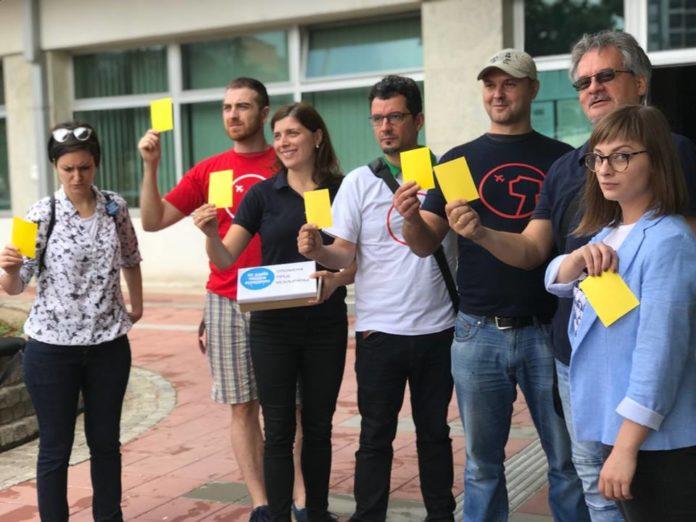 Žuti kartoni za odbornike Skupšine grada Niša; Foto: Inicijativa