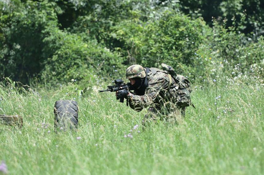Pripadnik 63. padobranskog bataljona tokom obuke u izvršenju prepada prilikom obilaska dela jedinica u garnizonu Niš; Foto: Jovo Mamula, MC Odbrana