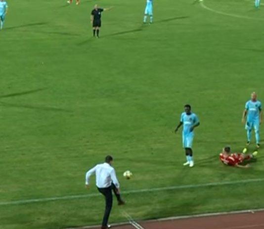 Lalatović se poigrava lotpom kraj aut linije; Foto: YouTube Printscreen