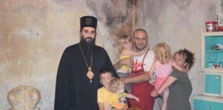 Niški vladika Arsenije uručio pomoć osmočlanoj porodici u Trupalu