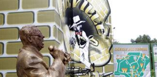 Nis. 1.8.2018. Ekipa Nisvil Jazz festivala unosi statuu Sabana Bajromovica u prostorije buduceg Jazz muzeja u tvrdjavi u Nisu