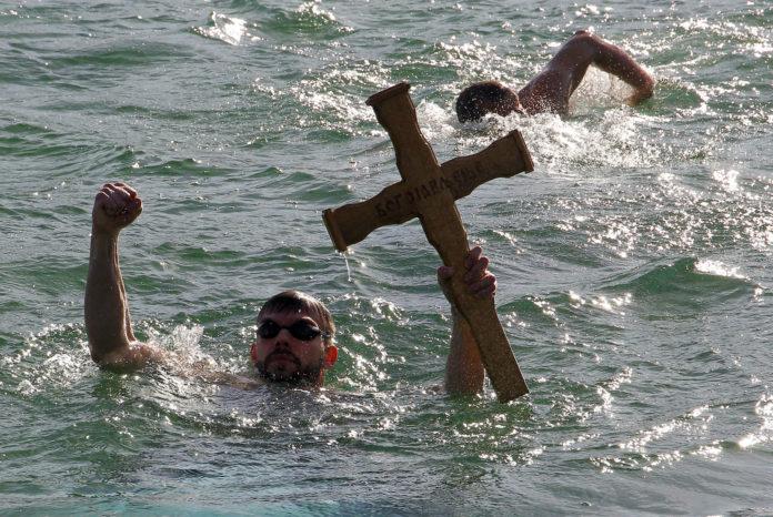Plivanje za Bogojavljanski krst u Nišu na bazenu Čair