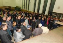 U velikoj sali u centru Trupala sinoć su se masovno okupili građani ovog najvećeg moravskog sela sa komšijama iz Vrtišta, potpisivali peticiju