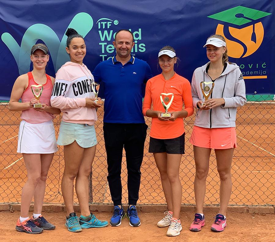 Finalistkinje dubla u društvu Nikole Živkovića (šampionke su desno na slici)