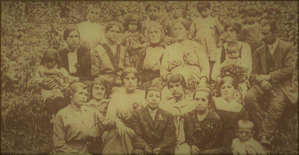 Fotografija iz 1915. godine, u sredini gornjeg dela je, zabrađena maramom, Zojica, Kalčina ćerka.