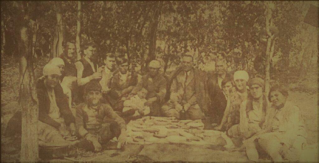 U sredini je Konstantin - Koja Vučković, između dva rata vlasnik ugledne niške međunarodne špediterske firke, sa familijom i beračima