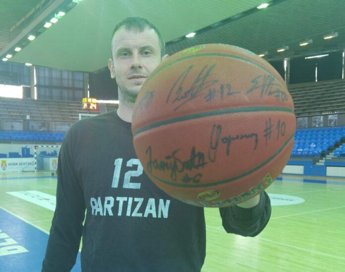 LFN Lopta sa potpisima igrača KK Partizan na licitaciji